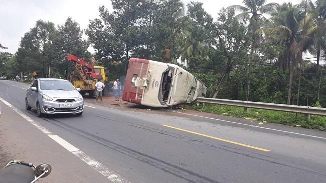 Tránh cây đổ, xe khách chở 31 người lật nhào bên đường