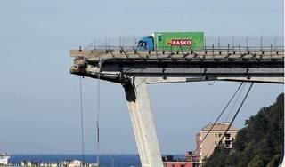 Sập cầu, tài xế xe tải thoát chết thần kì khi cách 'tử thần' 3 mét