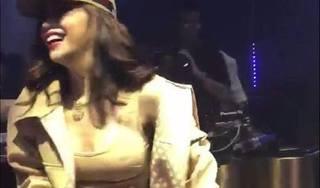 Phơi bày điểm nhạy cảm của cơ thể trên sân khấu, Hồ Ngọc Hà bị chỉ trích gay gắt