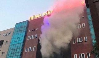 Cột khói dữ dội bốc ra từ Bệnh viện Bưu điện, nhiều người hoảng loạn
