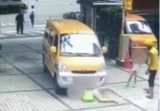 Clip: Dàn cảnh ăn vạ bằng cách đẩy con vào chiếc ô tô đang chạy