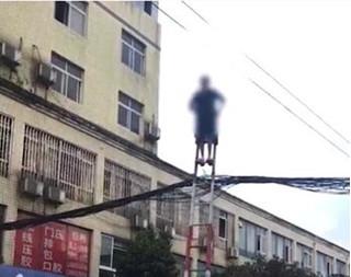 Cụ bà 70 tuổi leo thang, đánh đu trên dây điện thách thức... thần chết