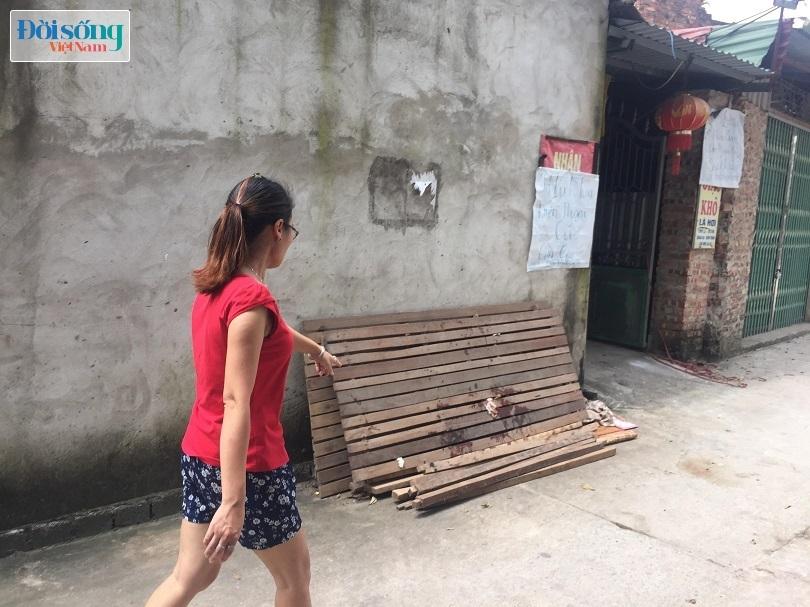 Chiếc dát giường dính máu của chị Dung khi bị chồng chém tử vong