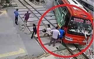 Vụ xe khách mất lái bị barie xuyên thủng kính: Tài xế lý giải nguyên nhân