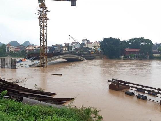 Cán bộ y tế xã mất tích khi đi qua cầu ngầm trên sông Kỳ Cùng