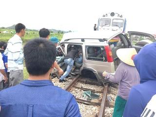 Vụ ô tô bị tàu hỏa tông nát bét ở Nghệ An: Do tài xế chủ quan?