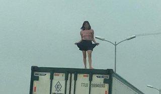 Tài xế 'hú vía' khi thấy người phụ nữ nhảy múa trên nóc container đang chạy
