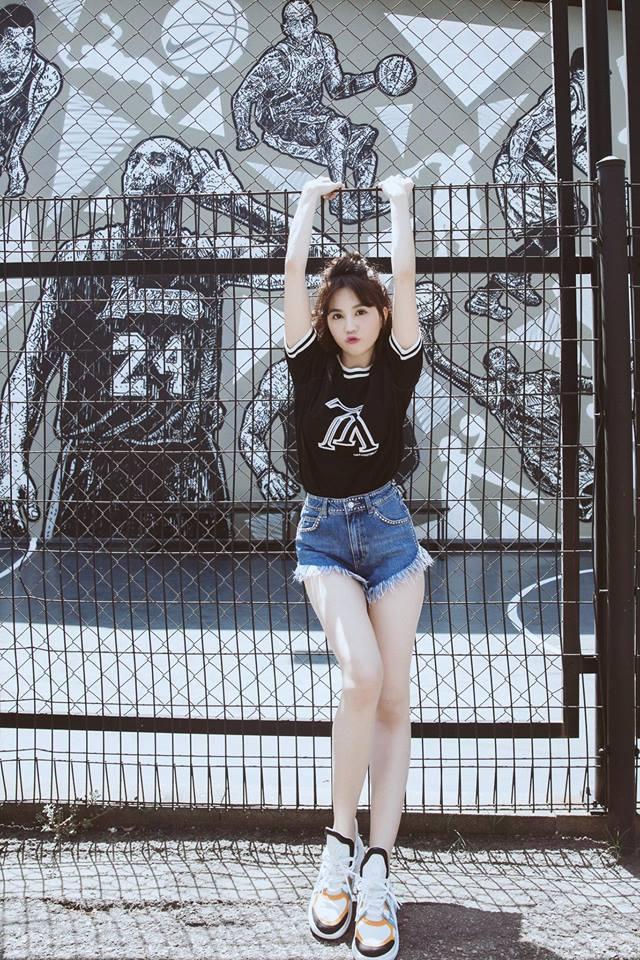 Ngọc Trinh 'kín cổng cao tường' làm gái ngoan khi ở sang nước ngoài