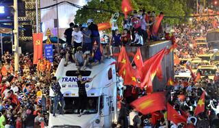 Biển người đổ ra đường mừng chiến thắng của Olympic Việt Nam trước Syria