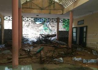 Mưa lớn làm đất đá sạt lở vùi lấp nhiều phòng học ở Thanh Hóa