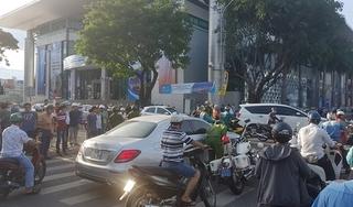 Tạm giữ nữ tài xế lái Mercedes lạng lách trên phố, nghi phê 'bóng cười'