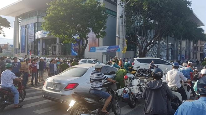 Đà Nẵng: Nữ tài xế lái Mercedes lạng lách trên phố, nghi phê 'bóng cười'