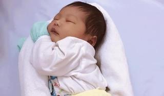 Bác sĩ mách mẹo ru bé ngủ trong vòng 30 giây chỉ với 1 chiếc khăn