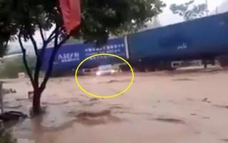 Clip: Xe container lấy thân mình ngăn ô tô con khỏi bị lũ cuốn trôi