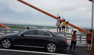 Bố mẹ 'thách thức tử thần' khi cho con đứng trên lan can cầu chụp ảnh gây bão mạng