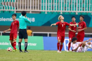 Lượng CĐV đòi 'xử' trọng tài xử ép Olympic Việt Nam tăng chóng mặt ở Hàn Quốc