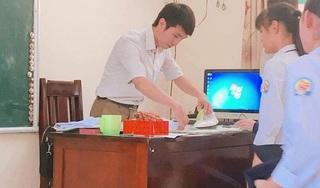 Bức ảnh thầy giáo là áo cho học sinh trong ngày khai giảng lay động triệu trái tim