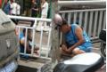 Bị bắt vì trộm xe, người đàn ông uống nước tiểu của mình để giả điên