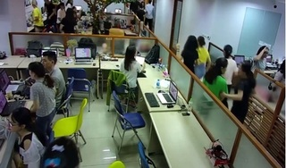 Rung lắc, động đất ở Hà Nội khiến nhân viên văn phòng vội vã thoát thân