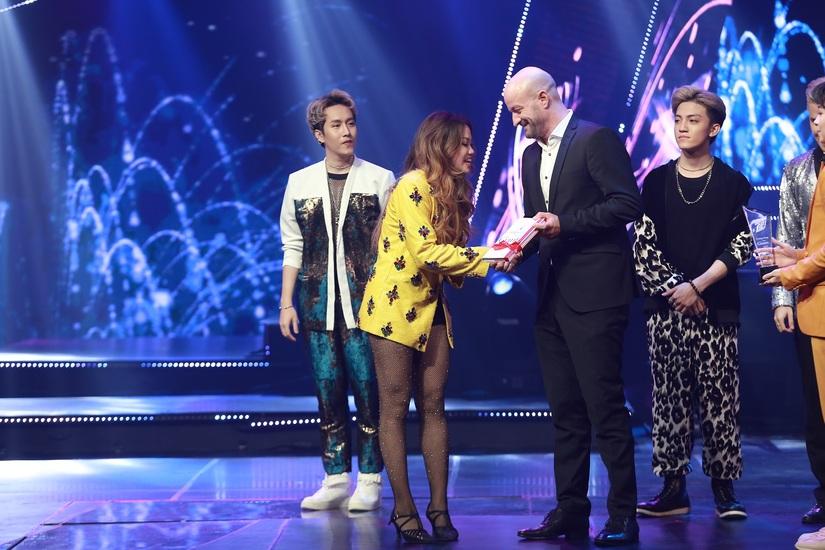 Tùng Dương đăng quang, Ngọc Vi nhận quà đặc biệt của Trà Thanh nhiệt Dr Thanh tại đêm chung kết The Debut