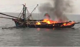 Tàu bất ngờ bốc cháy dữ dội, 11 ngư dân nhảy xuống biển thoát thân