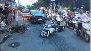 Ô tô 'điên' tông liên hoàn 3 xe máy ở Sài Gòn, nhiều người bị thương