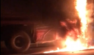 Clip: Xe container bất ngờ cháy ngùn ngụt trên cầu Thanh Trì
