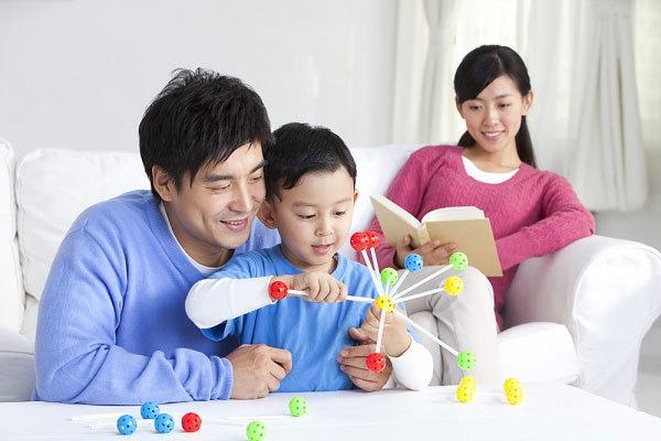 Bố mẹ thường xuyên làm hành động này, con lớn lên thông minh vượt trội