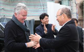 Báo chí Hàn Quốc so sánh HLV Guus Hiddink với HLV Park Hang Seo
