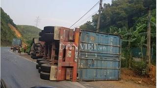 Ôm cua gấp xe container lật ngửa khiến 2 người trọng thương