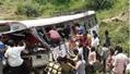 Vụ xe buýt lao xuống hẻm núi ở Ấn Độ, số người chết tăng lên 55 người