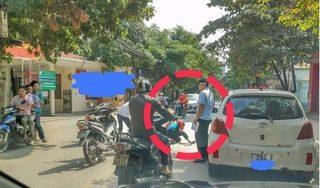 Mở cửa ô tô gây tai nạn, tài xế thản nhiên bỏ đi khiến dư luận phẫn nộ
