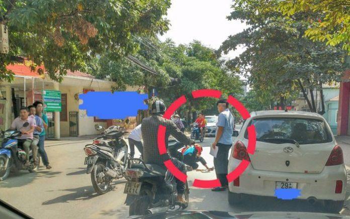 Mở cửa xe gây tai nạn, tài xế