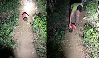 Xót xa bé trai 4 tuổi mất bố, mẹ đi lấy chồng, phải ngủ lay lắt ngoài đường ở Hà Giang