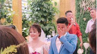 Cô dâu cười rạng rỡ, chú rể khóc đỏ mắt trong ngày cưới khiến dân mạng thi nhau... đoán mò