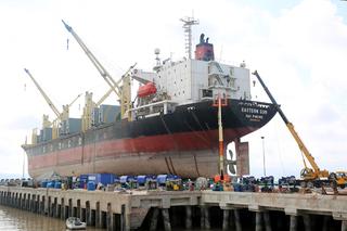 Văng khỏi cabin cẩu cao 15m, hai công nhân sửa tàu biển tử vong