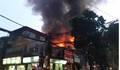 Cháy 6 căn nhà trên phố Đê La Thành, khói đen bốc cao hàng chục mét