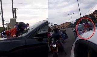 Xem clip mà uất: Vợ bám capô bắt quả tang chồng chở nhân tình, chồng vẫn nhấn ga phi thẳng