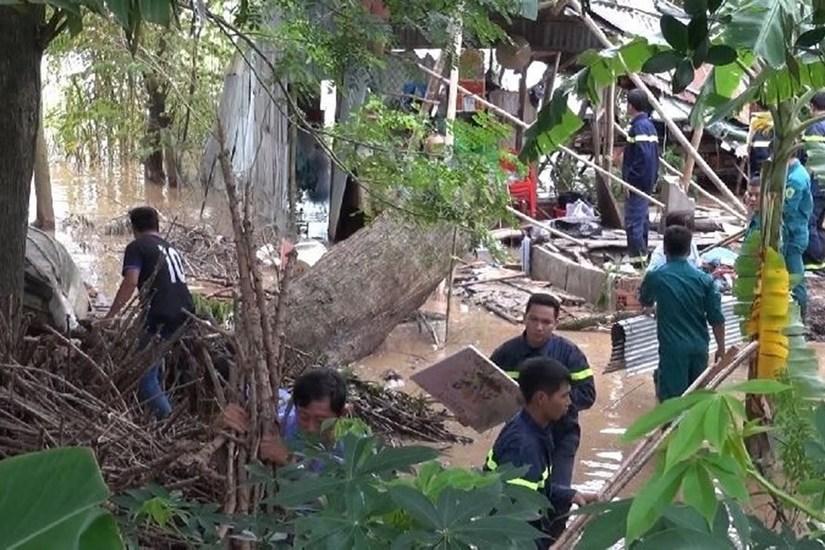 Chồng không kịp ứng cứu khi 2 mẹ con bị cây đổ đè tử vong
