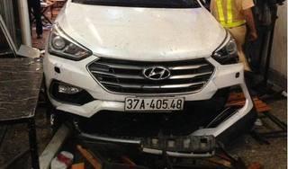 Hà Tĩnh: Ô tô lao vào quán nhậu, tông 9 người bị nhập viện