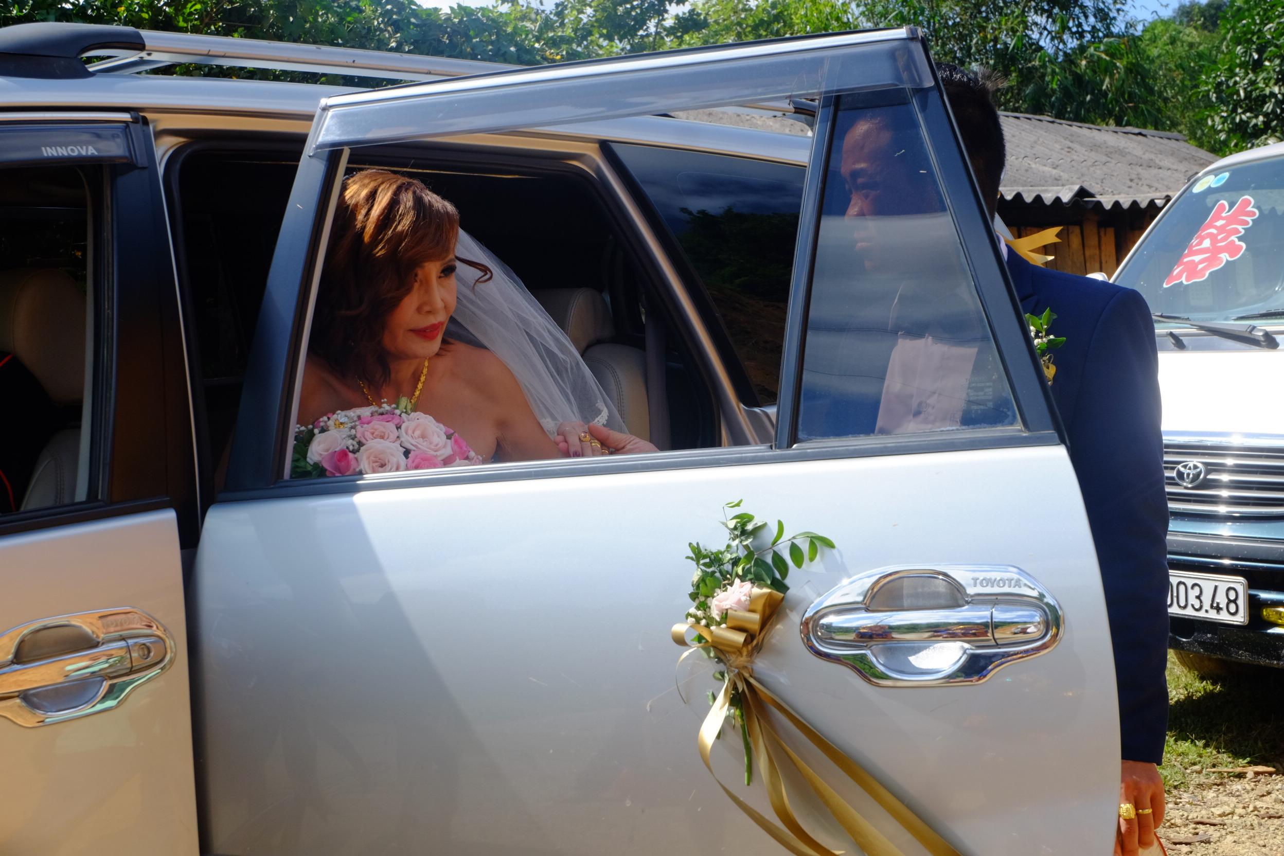 Chú rể Hoa Cương đon cô dâu Thu Sao từ xe hoa xuống để bắt đầu hành trình về nhà