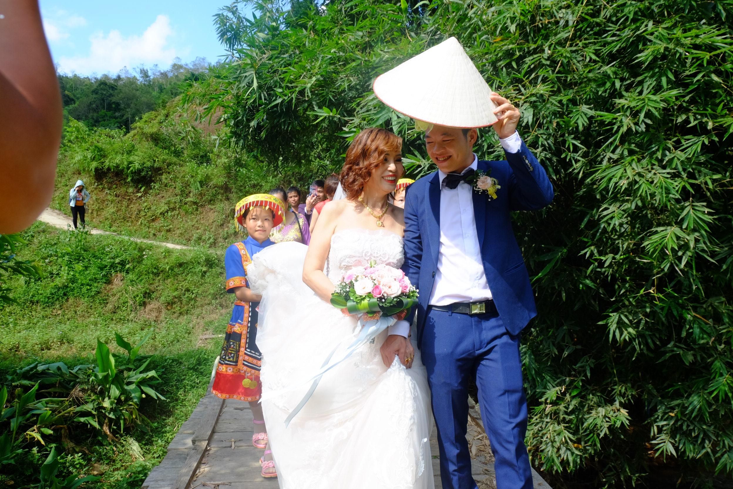 Dọc con đường dốc chú rể Hoa Cương đã nắm chặt tay người thương của mình để về nhà