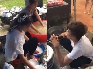 Cô dâu mới 'bầu vượt mặt' ngồi rửa núi bát đĩa, chồng ngồi cạnh hát động viên
