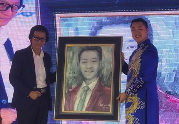 Họa sĩ Lê Phương vẽ chân dung kỉ niệm Chủ tịch Lê Khánh Trình