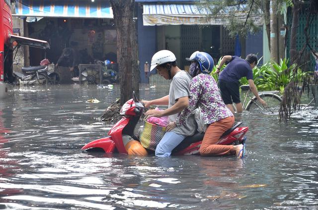 Sau mỗi cơn mưa lớn và triều dâng hàng nghìn người dân sống trong khu vực và người tham gia giao thông phải chịu cảnh khốn khổ vì ngập lụt