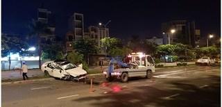 Mercedes nát bươm sau khi lật nhào nhiều vòng trên đường