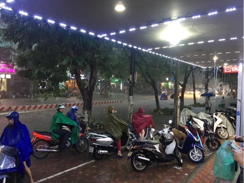 Đêm nay miền Bắc mưa giông, cảnh báo ngập lụt khu vực Hà Nội