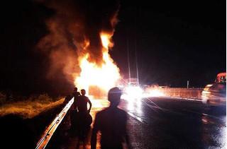 Tài xế tung cửa thoát thân khỏi xe tải cháy ngùn ngụt trên QL 1A