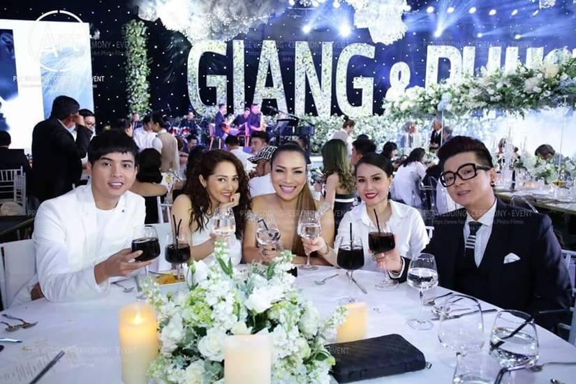 Hé lộ nguyên nhân Hồ Quang Hiếu nhìn Bảo Anh 'đắm đuối' trong đám cưới Trường Giang