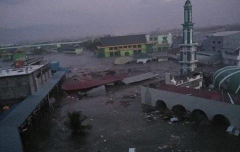 Sóng thần 2m đổ bộ Indonesia, cuốn phăng nhà cửa